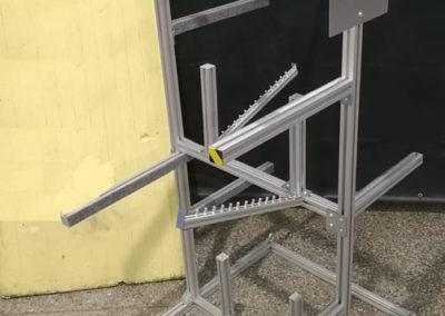 Stojak z profili aluminiowych skręcany